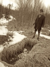 Munthe finds a grave. Diegetic. Photo: Elin Gustafsson